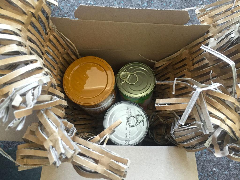 Gepolstertes Packet mit Füllmaterial aus dem Kartonschredder